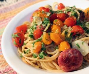 Espaguete com linguiça ao limone com confit de tomates