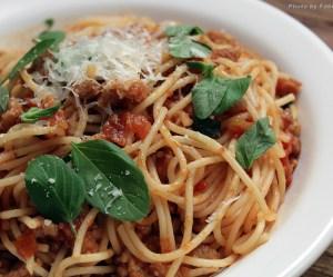 Espaguete com linguiça e tomate