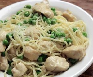 Espaguete com frango e ervilha