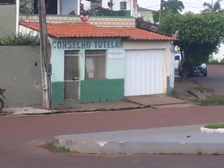 Descaso – Prédio do Conselho Tutelar de Pinheiro está fechado por falta de pagamento do aluguel