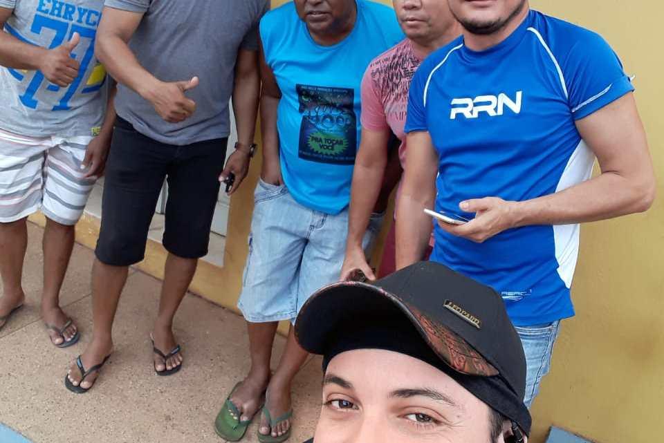 Pinheiro – Donos de bandas locais que tocaram no carnaval deste ano e nunca receberam, se concentram em frente emissora de rádio para cobrarem o prefeito Luciano Genésio