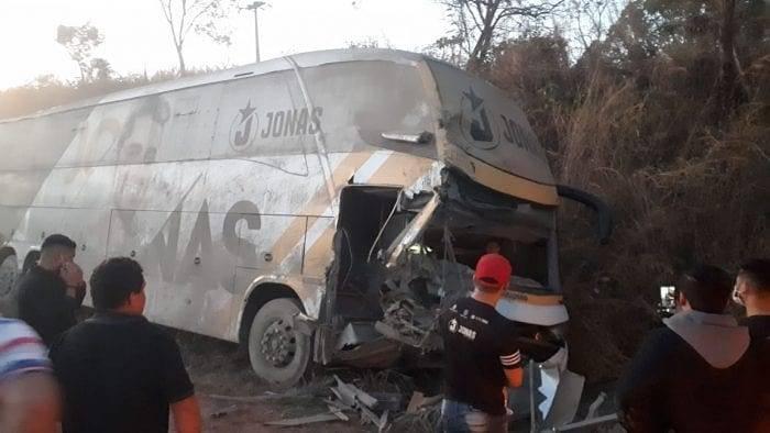 Ônibus de Jonas Esticado se envolve em acidente, mas cantor confirma participação nos 104 anos de Penalva