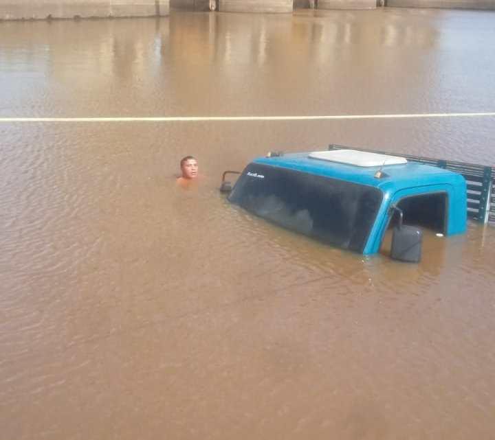 Pinheiro – Caminhão carregado de cerveja afunda no Rio Pericumã quando fazia travessia em uma balsa nas proximidades da comporta, veja o vídeo