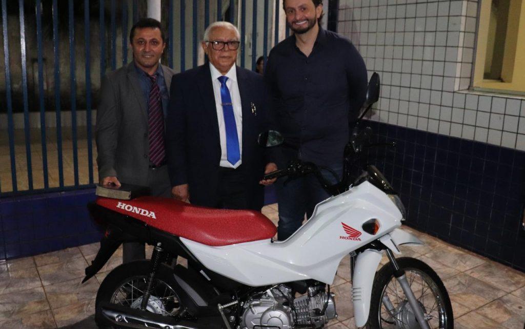 DR. Leonardo Sá faz doação para a construção do novo templo da assembleia de Deus em Pinheiro