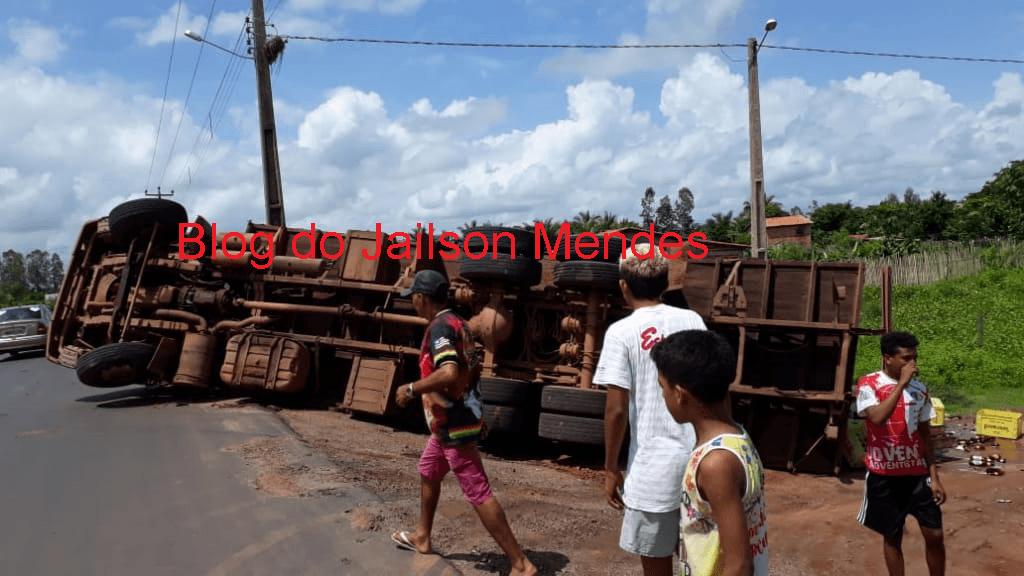 Caminhão carregado com grades de cerveja volta a tombar na MA-014, em São Vicente Ferrer