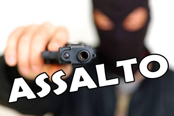 Bandidos assaltam caminhão que faz abastecimento de carne em Santa Helena, roubam celulares, dinheiro, carne e espancam com coronhadas os funcionários