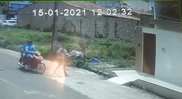 Câmeras de monitoramento flagram exato momento em que advogada é assaltada no começo da tarde desta sexta-feira em Pinheiro, veja o vídeo;