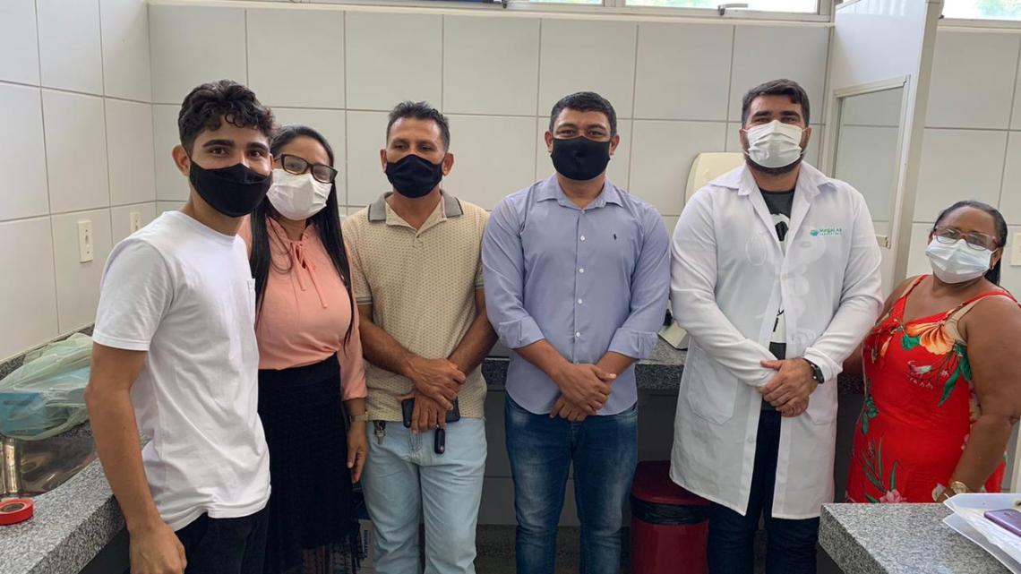 Mais conquistas – Prefeito Aldo Brown acompanha montagem do laboratório de análises clínicas, no Hospital Municipal de Porto Rico do Maranhão