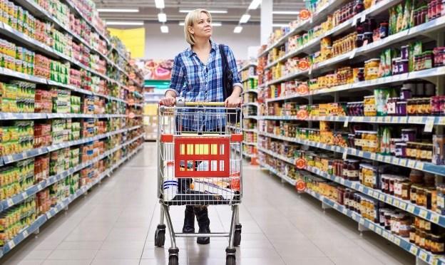 Brasileiro muda hábitos de consumo e passa a pesquisar preços