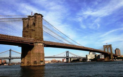 O metrô da linha L, que serve o Brooklyn passa pela ponte