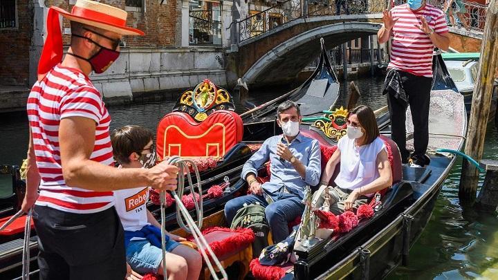 Gondoleiros de Veneza dizem que turistas estão 'pesando muito'