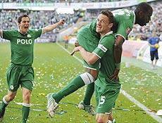 O Wolfsburg, que conta com os brasileiros Grafite e Josué, conquistou pela primeira vez o Campeonato Alemão neste sábado. O time goleou o Werder Bremen por 5 a 1, com dois tentos de Grafite, e fez a festa do título. Grafite, ex-São Paulo, foi o artilheiro do certame alemão, com 28 gols marcados.