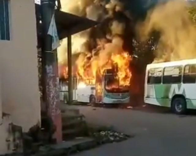 MANAUS – 14 ônibus e duas viaturas são incendiados após morte de traficante