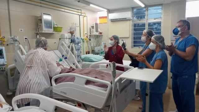 Intubada há 20 dias, jovem acorda um dia antes do aniversário e recebe parabéns com música na Frei Damião