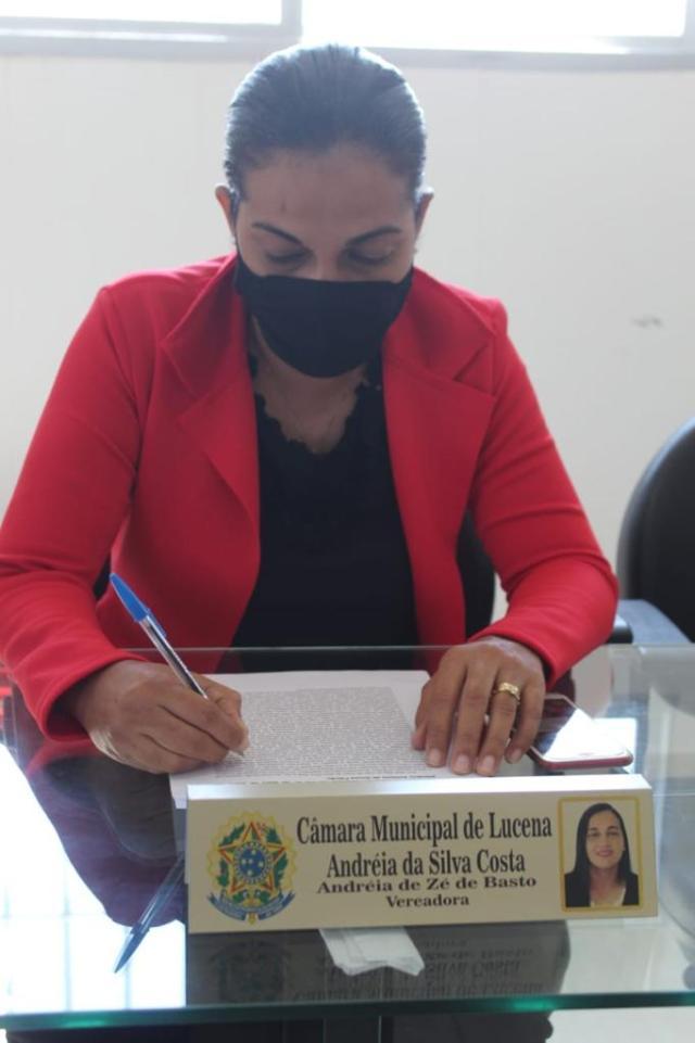 PROTEÇÃO – Andréia de Zé de Basto pede construção de abrigos nas paradas de transportes de passageiros
