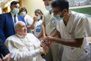 Papa Francisco ficará no hospital por mais alguns dias, diz Vaticano
