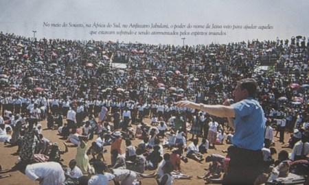 Livro lançado em 2002 mostra imagens de ritual da Igreja Universal na África - Agência O Globo Leia mais sobre esse assunto em http://oglobo.globo.com/brasil/em-livro-crivella-ataca-religioes-homossexualidade-terrivel-mal-20296731#ixzz4NFy7AdU9 © 1996 - 2016. Todos direitos reservados a Infoglobo Comunicação e Participações S.A. Este material não pode ser publicado, transmitido por broadcast, reescrito ou redistribuído sem autorização.