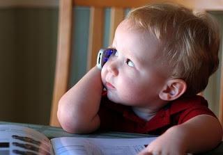 Celular encostado na cabeça faz mal e crianças estão ainda mais expostas aos riscos!