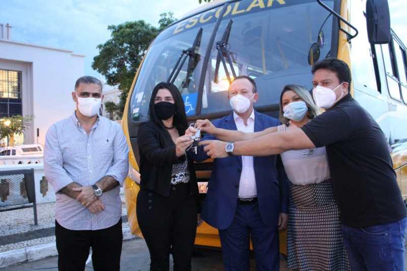 Prefeita Fabiana Mendes recebe novo ônibus para transporte escolar de Presidente Vargas