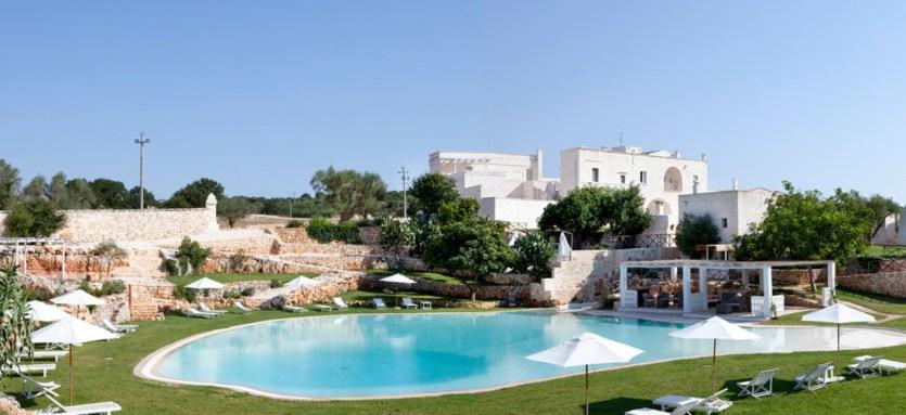 La piscine de l'hôtel Masseria Cervarolo, qui se fond dans le paysage