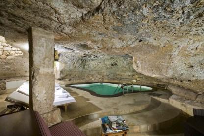 Piscine creusée dans la roche de la Masseria Torre Coccaro