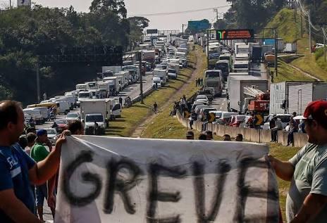 Uma greve, um governo moribundo, um país a 'Deus dará'