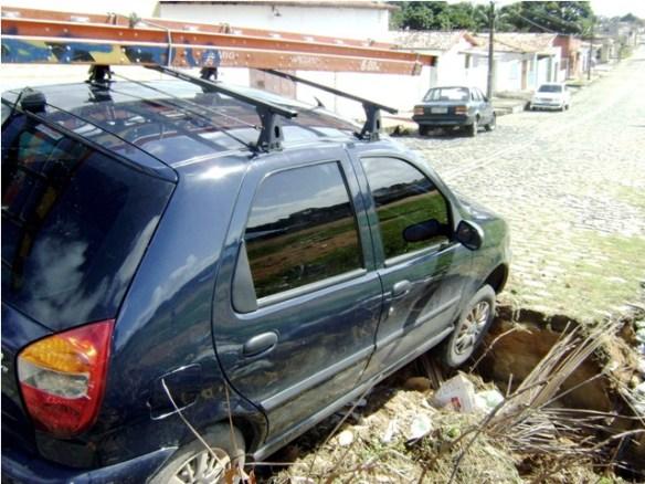 Carro cai em buraco na Zona Norte de Natal