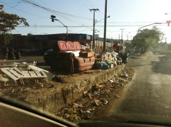 Lixo toma conta da Avenida 6 em Natal