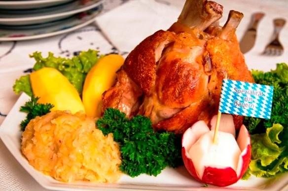 Joelho Suíno Grelhado com chucrute e batatas.