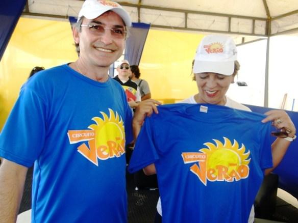 Presidente da Fecomércio, Marcelo Queiroz dá camiseta do Festival de Verão à governadora Rosalba