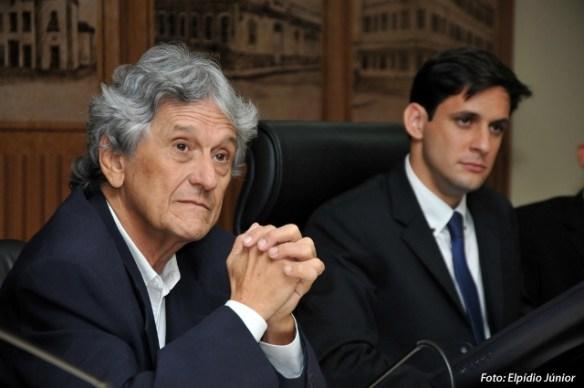 Jornalista Marcelo Melo (à esquerda) foi homenageado pelo vereador Rafael Motta