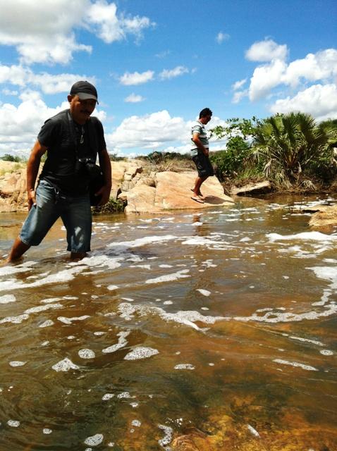 O fotógrafo Canindé Soares procurando o melhor ângulo para mais uma foto na Barragem da Pepeta