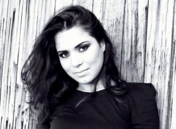 Cantora Kelly Lira