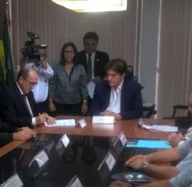 Cláudio Santos assina convênio dando R$ 5 milhões ao Governo do RN