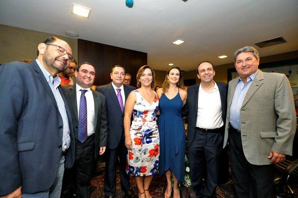 Ao centro, Larissa Rosado assume para mais um mandato como deputada estadual.