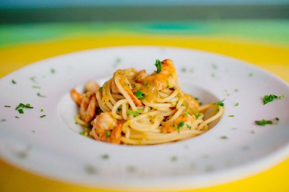 Spaghetti com camarão e molho de cajá
