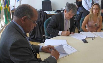 Presidente do TRE e o Procurador Geral Rinaldo Reis assinaram termo de acordo