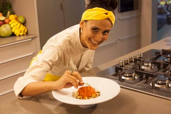 Mirna Ribeiro preparando uma de suas receitas