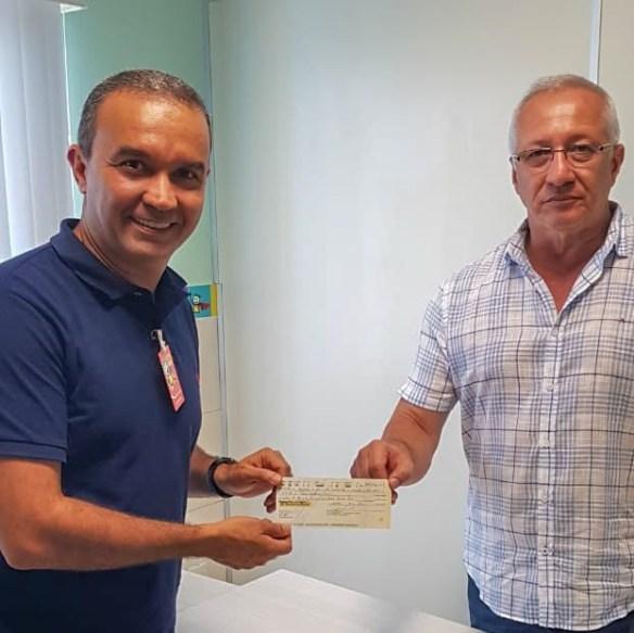 Kelps entregou o cheque ao diretor da Casa de Apoio à Criança com Câncer