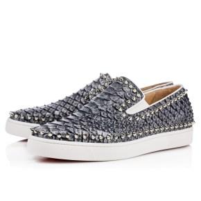 Louboutin propose cette version en python bleu et argenté des chaussures bateau homme, 1095 €