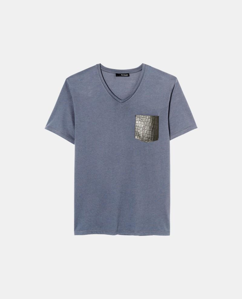T-shirt col V The Kooples avec une poche en effet serpent, 40 €