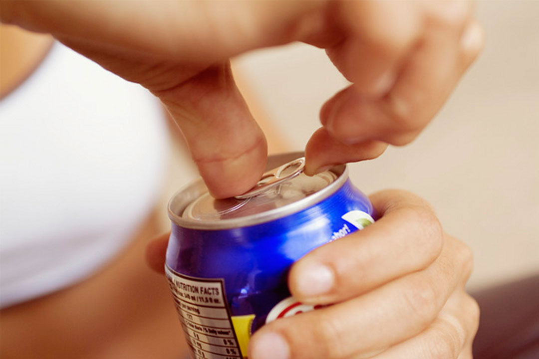Por qué no debes tomar refrescos a diario
