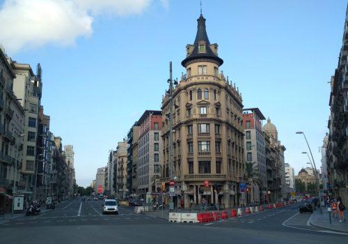 Barcelona post confinamiento mostrando las calles Pelai y Ronda Universitat (normalmente congestionadas) casi vacías. Foto: Carlos Cámara
