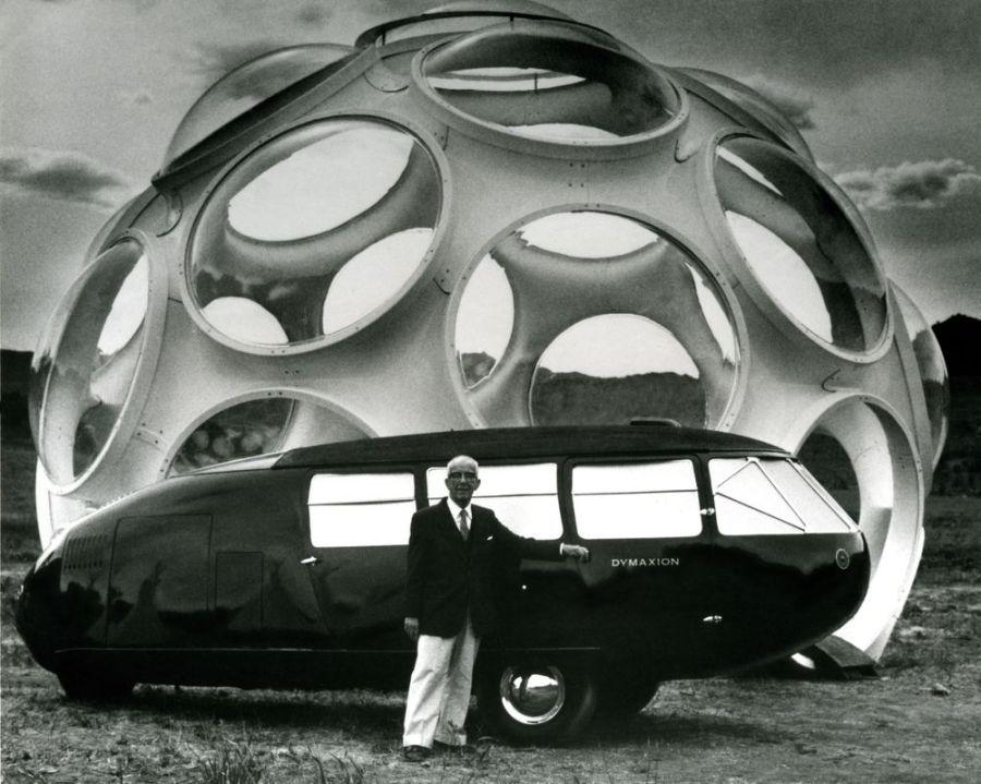 Buckminster Fuller delante de su Dymaxion car y el FlyesEye Dome en su 85 cumpleaños.