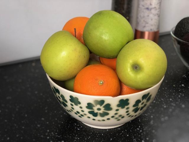 Skål med frukt. Är frukten ekologisk eller inte?