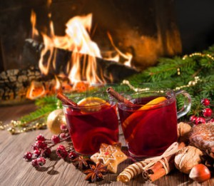 33123965-due-bicchieri-di-vino-caldo-con-decorazioni-di-natale-presso-romantico-caminetto
