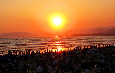 Pismo Beach, 4. juli 2008. Titusener ar samlet seg på stranden for å feire nasjonaldagen.