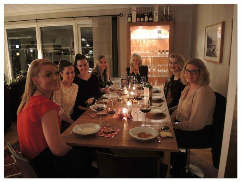 """Denna bild är från en """"mini"""" julafton med vänner. Julmat, julklappsspel och julmys för två år sen."""