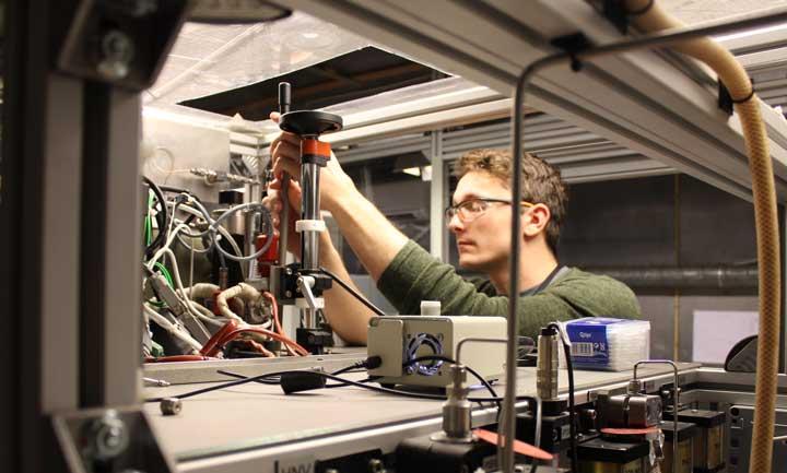 Bildetekst: Snorre Foss Westman gjør justeringer på en forsøksrigg for å måle faselikevekter (foto: Sigurd W. Løvseth)