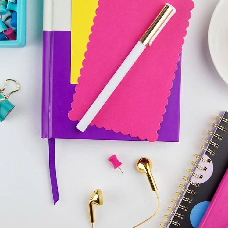 Har du tenkt over hva fargene på bloggen din signaliserer? Bruker du dem bevisst? Har fargene faste jobber og oppgaver for å hjelpe leserne? Farger har både psykologi og symbolikk, og kan brukes på veldig mange måter. Les om alt du trenger å vite for å velge riktige farger din bloggen din her! Du kan også laste ned en stor guide med forklaringer, bilder og arbeidsark.